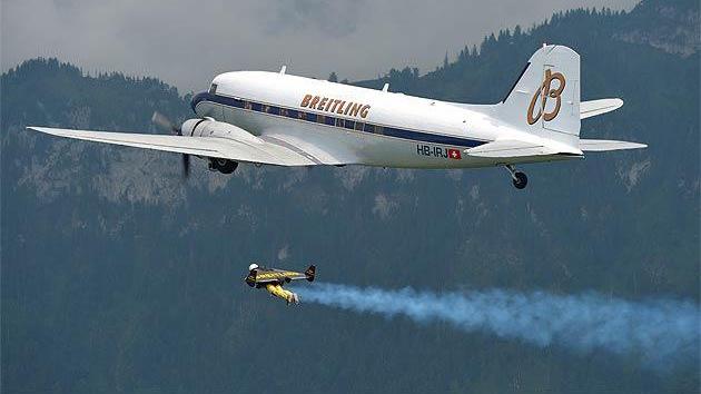 VIDEO: El 'hombre volador' persigue a un avión durante un tiempo récord