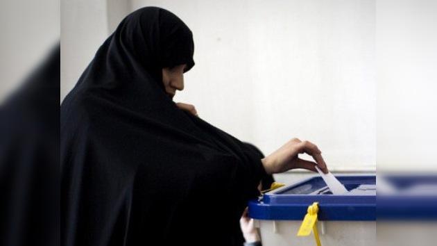 Los adversarios de Ahmadineyad lideran en las elecciones en Irán
