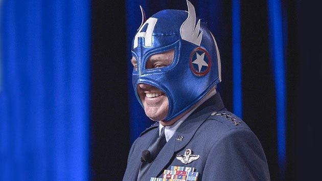 Jefe de Fuerza Aérea de EE.UU. se presenta en público con una máscara del Capitán América