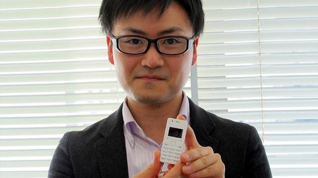 """El tamaño no importa: Japón saca a la luz el teléfono """"más pequeño y ligero"""" del mundo"""