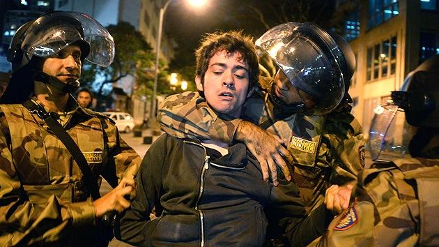 Un hombre de 72 años enseña karate a la Policía brasileña para enfrentar a los manifestantes
