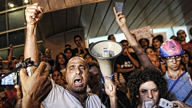 VIDEO, FOTOS: Miles de israelíes marchan en respaldo del activista que se prendió fuego