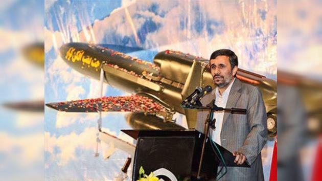 """Irán presenta su primer avión no tripulado como un """"mensajero de paz"""""""
