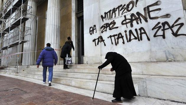 Los ciudadanos griegos se ven obligados a quemar madera para calentarse