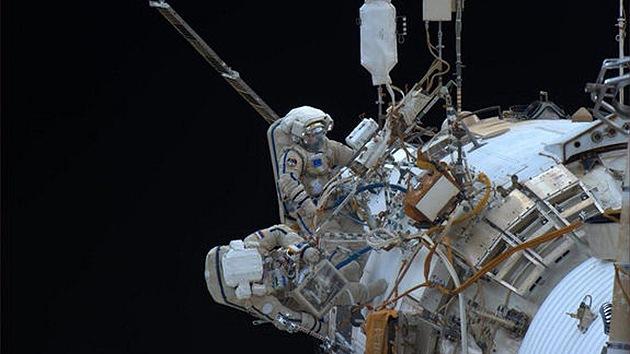 Cosmonautas rusos realizan la primera caminata espacial del año