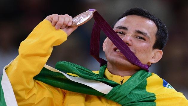 Un judoka rompe su medalla en la ducha