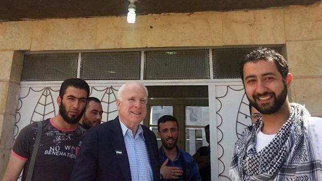 """John McCain se fotografió con """"terroristas y secuestradores"""" en Siria"""