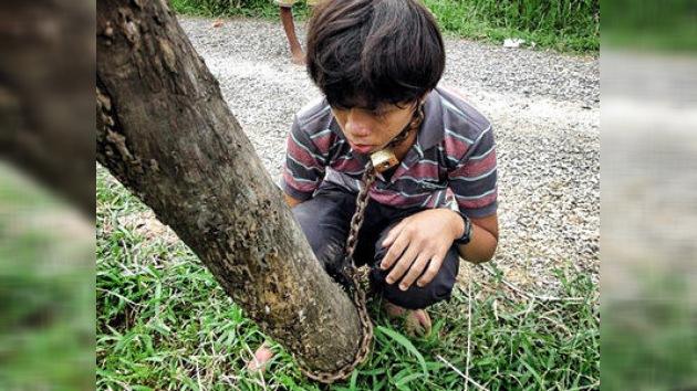 Un padre encadena a su hijo en Camboya para 'liberarle' de los videojuegos