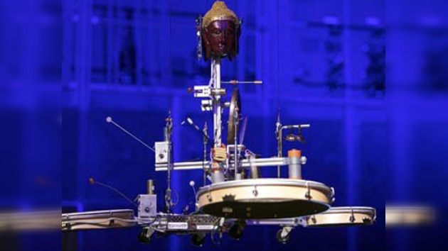 Un vídeo muestra a robots tocando música junto a estudiantes en una orquesta