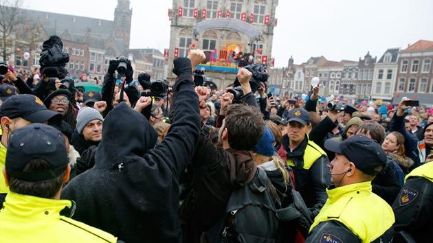 """Fotos: Neerlandeses protestan contra un personaje de Navidad """"racista"""""""