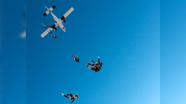 Un paracaidista muere tras chocar con otro en el aire en EE. UU.