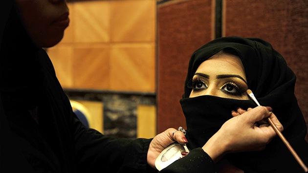 """Hombres sauditas: """"Los abusos se deben al maquillaje femenino"""""""
