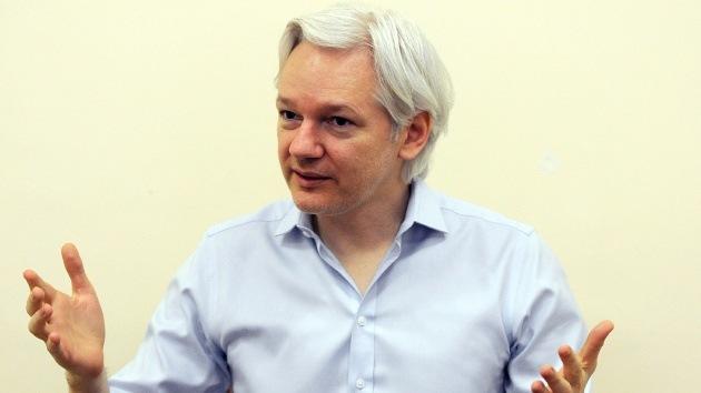 Assange: En los servicios de inteligencia no se trabaja en absoluto como James Bond
