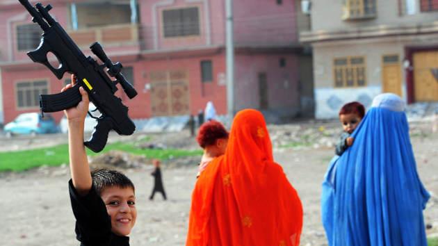 Un niño se entrega a la Policía para evitar una misión suicida ordenada por los talibanes