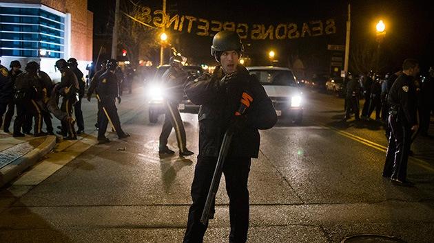 La policía arresta al menos cuatro manifestantes en Ferguson, EE.UU.