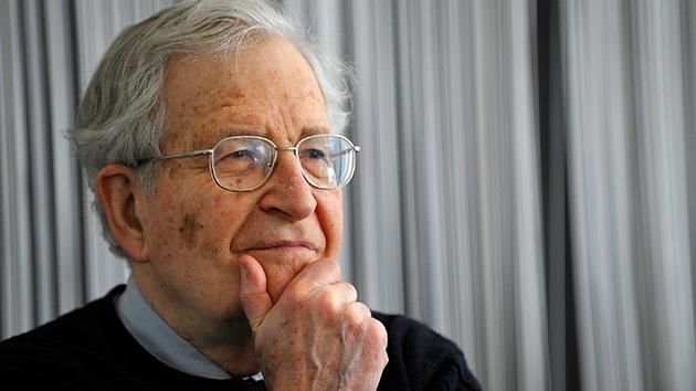 """Chomsky: """"EE.UU. no se comporta para nada como una democracia: es una plutocracia"""""""