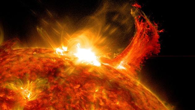 Video de la NASA: una erupción solar provoca una llamarada gigante