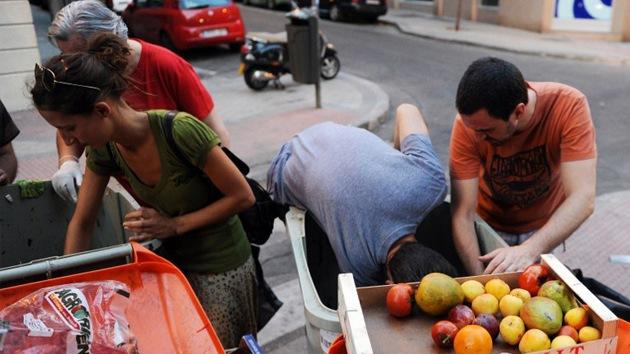 Comida de la basura para alimentar a los españoles afectados por la crisis