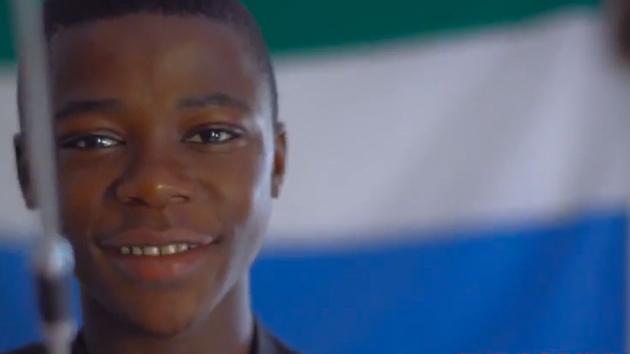 Un joven de Sierra Leona asombra a ingenieros con dispositiv