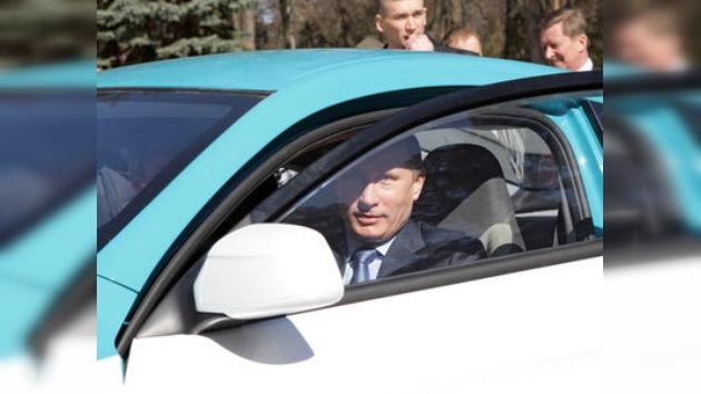 Putin prueba el primer automóvil híbrido ruso