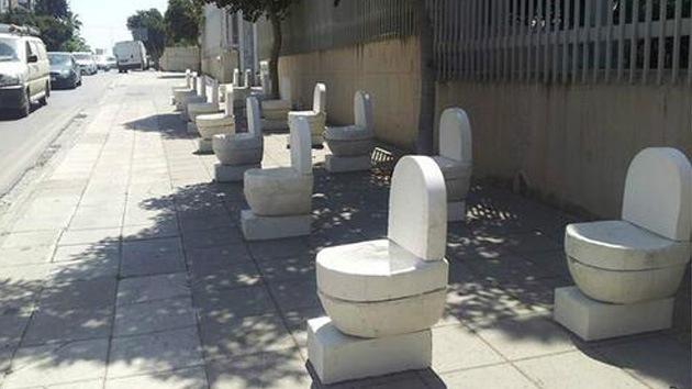 Un chipriota esculpe y expone inodoros como símbolo de la crisis del euro
