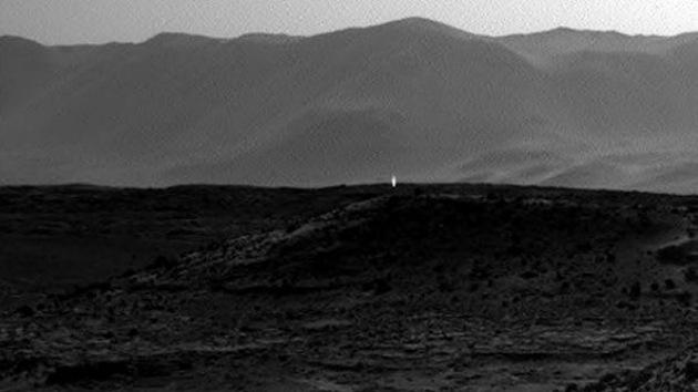 Fotos, Video: La NASA capta una luz extraña que emana de la superficie de Marte