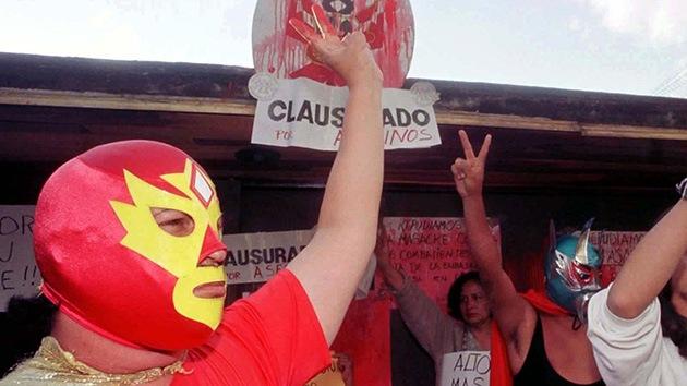 Videos: Superbarrio y otros superhéroes reales dan la cara en las calles de México