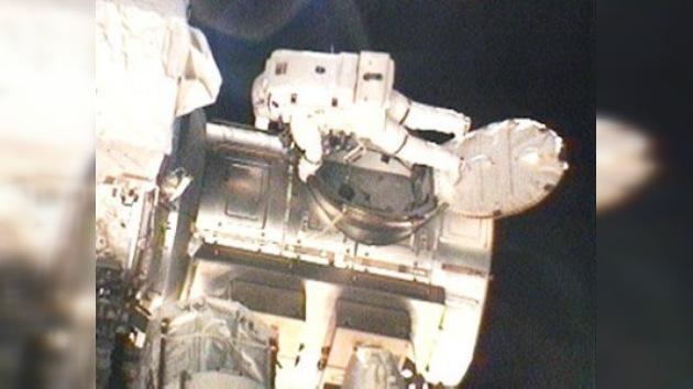 Dos astronautas del Discovery realizan hoy su primera caminata espacial