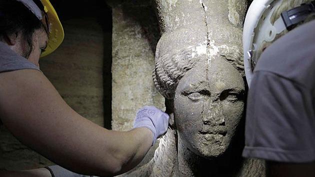 Hallan dos espectaculares cariátides en la mayor tumba antigua de Grecia