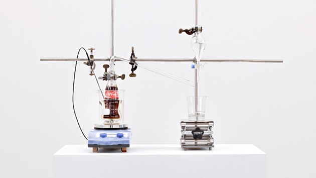 Artista desarrolla dispositivo que convierte la Coca-Cola en agua potable
