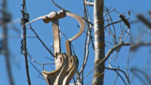 Un aldeano ruso instala estatuas de hierro en su huerta