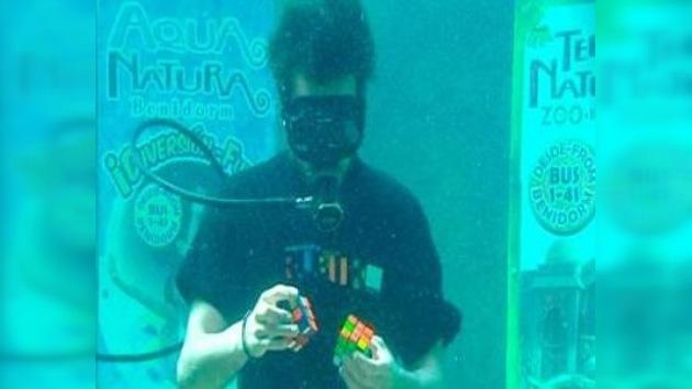 Un español resolvió dos cubos de Rubik en un acuario con seis tiburones