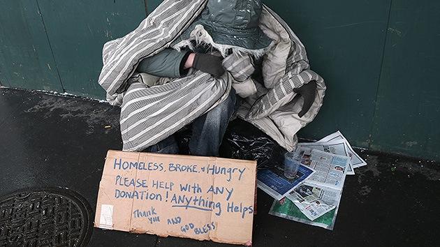 Agentes de Policía de EE.UU. confiscan carteles de personas sin hogar por diversión