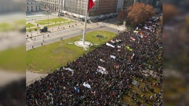 Jóvenes chilenos exigen una enseñanza que no les haga endeudarse