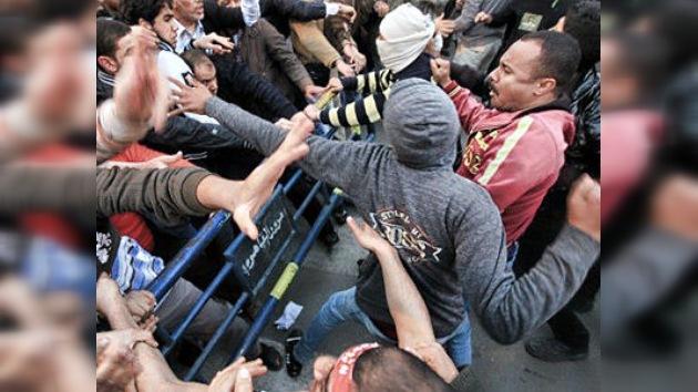El Cairo: Hermanos Musulmanes apedrean a manifestantes