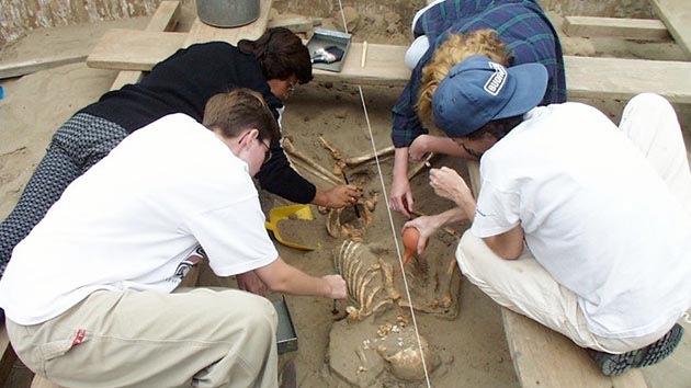 Hallan esqueletos de niños sacrificados hace 600 años en Perú
