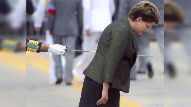 Foto que muestra a Rousseff aparentemente traspasada por una espada logra el Rey de España