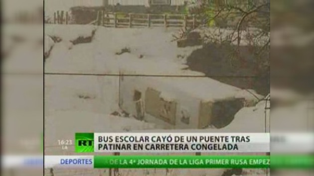 Bus escolar accidentado a causa de fuertes nevadas en Reino Unido