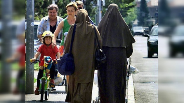 """Angela Merkel: """"La sociedad multicultural alemana fracasó por completo"""""""