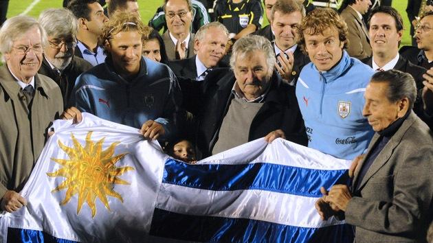"""Mujica: """"El caso Suárez será una vergüenza eterna del fútbol"""""""