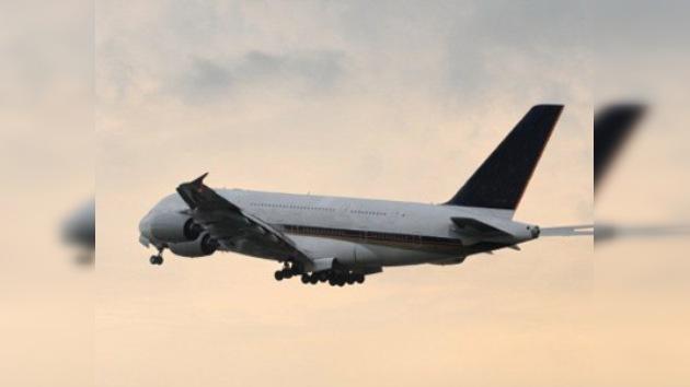 Un vídeo muestra cómo cae un rayo en un avión