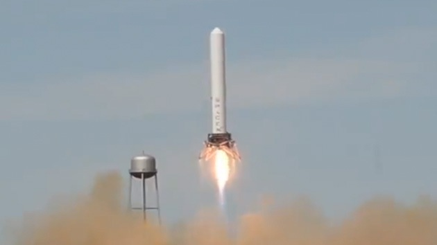 Video: Cohete 'Saltamontes' se eleva hasta la altura de un edificio de 24 pisos