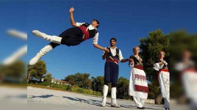 Los griegos bailan para superar la crisis