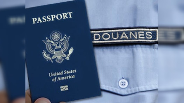 Sancionan al aduanero francés que se sacó una foto con el pasaporte de Obama