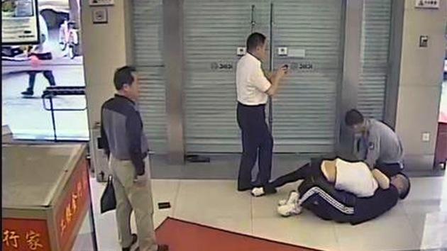 FOTOS: Coincide en el banco con el ladrón que le robó la tarjeta de crédito
