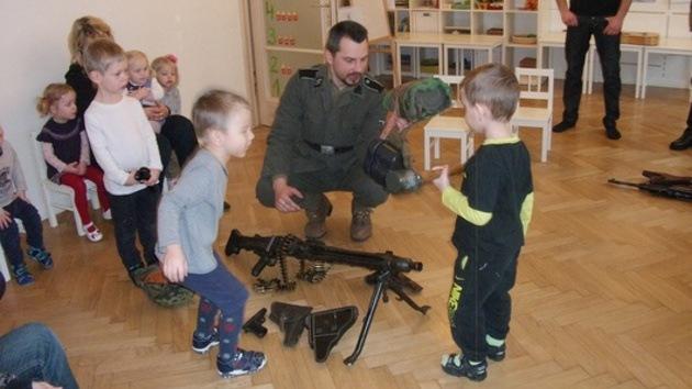 Activistas nazis aleccionan a escolares en Letonia