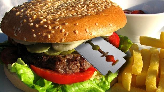 Sirven una hamburguesa con una hoja de afeitar en un local de Burger King en California