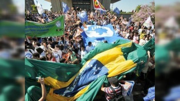 Los estudiantes de Brasil siguen el ejemplo de Chile y salen a la calle