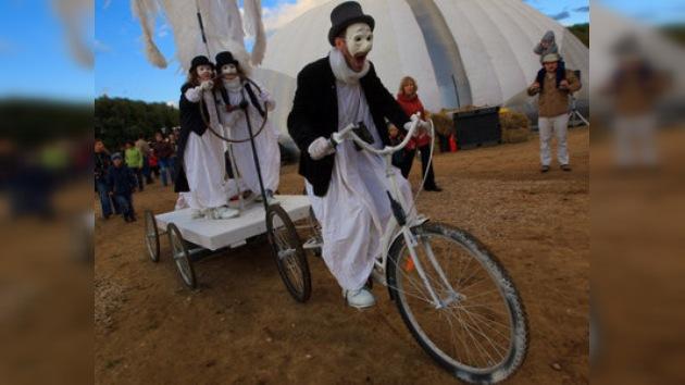 Los payasos gitanos de la 'Caravana de la Paz' felicitan a Moscú
