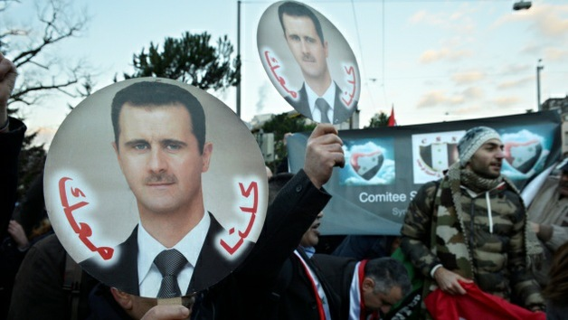 Ciudadanos sirios se manifiestan a favor de Al Assad frente a la sede de Ginebra 2
